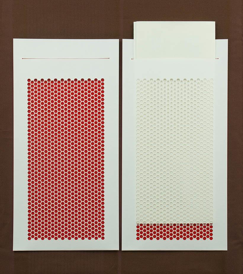 画像:レーザー加工で美しいハニカム型の封筒